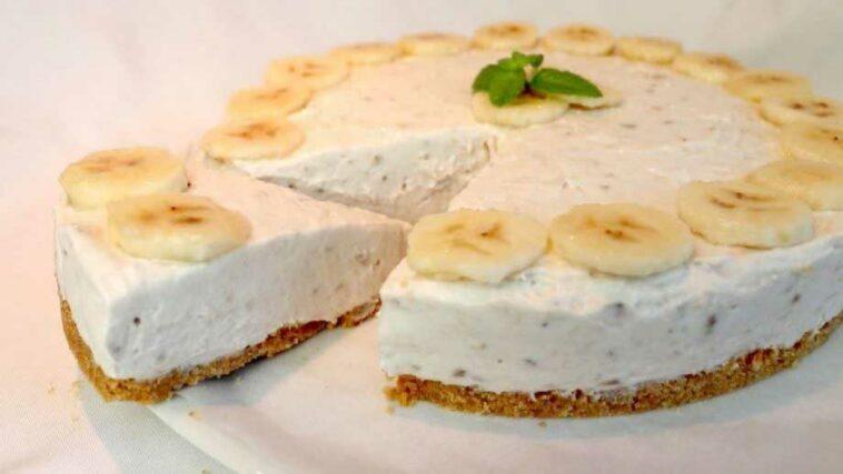 Le cheesecake à la banane est un cheesecake parfumé et très gourmand, il est idéal pour le petit déjeuner, ou pour le goûter de vos enfants. Si vous êtes à la recherche d'une idée gourmande pour une fête, le Cheesecake à la banane est certainement pour vous ! Comment faire un cheesecake à la banane Ingrédients : 3 bananes 150 g de biscuits secs 70 g de beurre 200 ml de crème liquide entière 70 g de sucre 500 g de mascarpone 1 citron Préparation : Hachez les biscuits au mixeur, versez-les dans un bol et ajoutez le beurre fondu, mélangez bien jusqu'à obtenir un mélange homogène. Tapissez le fond d'un moule de 20 cm de diamètre avec du papier sulfurisé et beurrez les bords. Répartissez le mélange de biscuits et beurre sur le fond, en tassant bien, puis placez le moule au congélateur pendant une demi-heure. Pendant ce temps, couper 2 bananes en rondelles et écrasez-le avec une fourchette jusqu'à obtenir une purée. Fouetter la crème liquide entière en chantilly avec le sucre, ajoutez le mascarpone, la purée de banane et fouetter à nouveau jusqu'à obtenir une crème lisse et homogène. Sortez le fond de biscuit du congélateur et versez-y la crème à la banane. Décorez le cheesecake avec des rondelles de banane préalablement arrosez de jus de citron. Gardez le cheesecake à la banane au frais pendants 2 heures avant de servir.