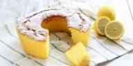 La couronne au citron est un gâteau aromatisé au citron idéal pour le petit déjeuner ou pour le goûter. Elle est très moelleuse grâce à l'utilisation de l'amidon de maïs et aux blancs d'œufs montés en neige. Comment faire une couronne au citron Ingrédients : 120 g de farine T 45 120 g d'amidon de maïs 80 g d'huile de tournesol 250 g de sucre 4 œufs 16 g de levure chimique 2 citrons non traités Sucre glace Préparation : Pressez les deux citrons et râpez le zeste. Séparez les jaunes d'œufs des blancs et fouettez-les avec le sucre. Réservez les blancs d'œufs. Tamisez la farine, l'amidon de maïs et la levure. Ajoutez, peu à peu, les farines aux jaunes d'œufs fouettés, en les alternant au jus des citrons. Ajoutez également le zeste râpé. Mélangez jusqu'à obtenir un mélange crémeux et homogène. Ajoutez enfin l'huile de tournesol, incorporez-le bien à la pâte, puis montez les blancs d'œufs en neige et ajoutez-les gentiment au mélange, en remuant du bas vers le haut pour ne pas le faire tomber. Beurrez un moule à couronne de 24/26 cm de diamètre et versez-y la pâte. Faites cuire au four statique préchauffé à 160° C T (h 5) pendant 60 minutes environ. Une fois cuit, sortez du four la couronne au citron et laissez-la refroidir avant de la démouler et de la saupoudrer de sucre glace.